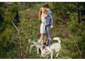 一对美丽的夫妇带着一条狗在夏天的森林里_5011141