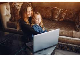 美丽的母亲带着一个小女儿_4050165