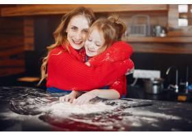 美丽的母亲带着一个小女儿_4050173