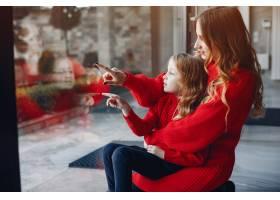 美丽的母亲带着一个小女儿_4050181