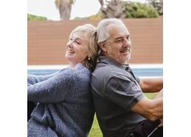 花园里坠入爱河的老年夫妇_3837409