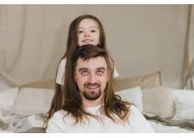 爸爸和女儿一起庆祝父亲节_4115685