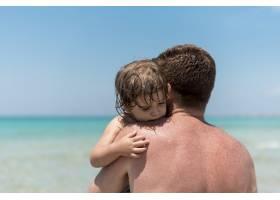 特写父亲拥抱他的儿子_4935837