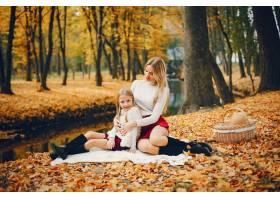 秋天公园里可爱时髦的一家人_4998191