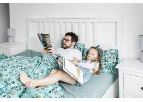 父亲和女儿一起庆祝父亲节_4136380