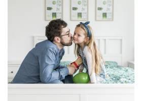 父亲和女儿一起庆祝父亲节_4136387