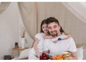 父亲和女儿在父亲节吃早餐_4106138