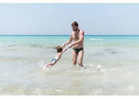 父亲在海里旋转孩子_4935353