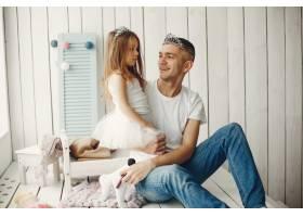 父亲带着一个小女儿玩耍_4184213