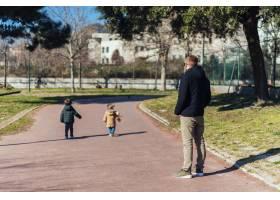 父亲带着孩子在公园里_4251401