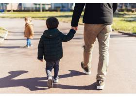 父亲带着孩子在公园里_4251402