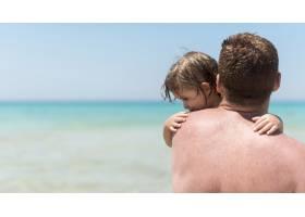 父亲抱着儿子的特写镜头_4935840