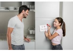 父亲节那天父女俩在厨房里_4093617