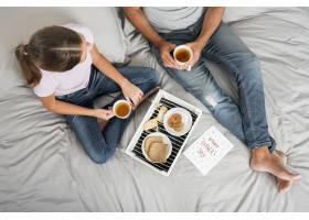 父女俩一起吃早餐_4075565