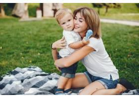 母亲和儿子在夏季公园里玩耍_4185071