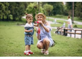 母亲带着小女儿在公园里_5175716