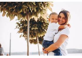 母亲和儿子在夏季公园里玩耍_4209436