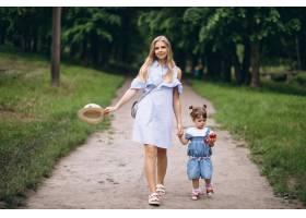 母亲带着小女儿在公园里_5175731