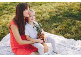母亲和儿子在夏季公园里玩耍_4382084