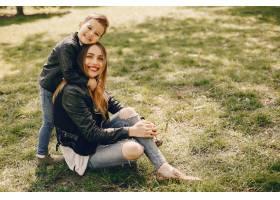 母亲和儿子在夏季公园里玩耍_4975023