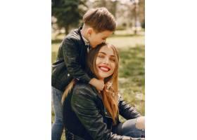 母亲和儿子在夏季公园里玩耍_4975024