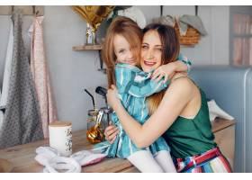 母亲带着年幼的女儿在一个房间里_4209953