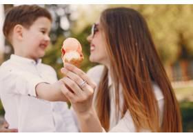 母亲和儿子在夏季公园里玩耍_4975041