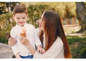 母亲和儿子在夏季公园里玩耍_4975042