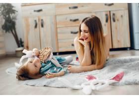 母亲带着年幼的女儿在一个房间里_4209959