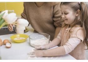 母亲和可爱的女儿在厨房做饭_3967088