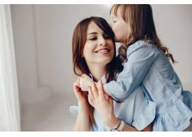 母亲带着年幼的女儿在一个房间里_4382023