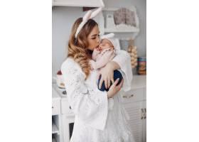 母亲带着年幼的女儿在一个房间里_4587513