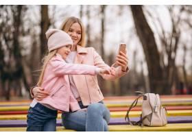 母亲和女儿在公园外自拍_4410687