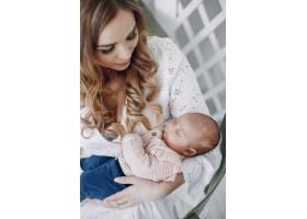 母亲带着年幼的女儿在一个房间里_4587526