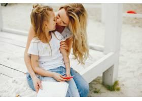 母亲和女儿在公园里画画_4049118