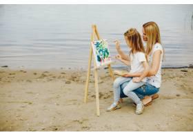 母亲和女儿在公园里画画_4049122