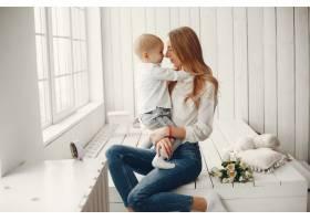 母亲带着年幼的孩子在HME_4184241