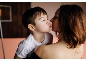 母亲和她的儿子在摄影棚里摆姿势穿着休闲_5073402