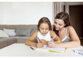 母亲帮女儿做作业_5179645