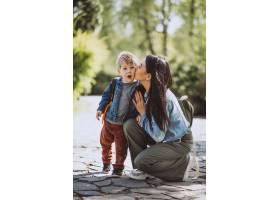 母亲和她的小儿子在公园里玩得很开心_4758272