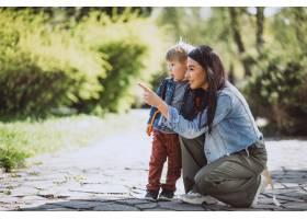 母亲和她的小儿子在公园里玩得很开心_4758273
