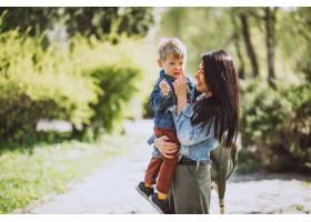 母亲和她的小儿子在公园里玩得很开心_4758276