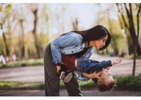 母亲和她的小儿子在公园里玩得很开心_4758280