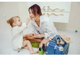 母亲带着可爱的女儿在浴室里_4587404