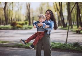母亲和她的小儿子在公园里玩得很开心_4758282
