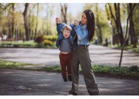 母亲和她的小儿子在公园里玩得很开心_4758283