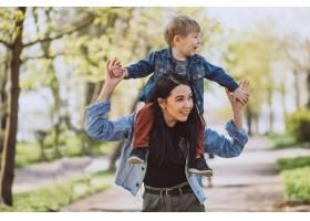 母亲和她的小儿子在公园里玩得很开心_4758286