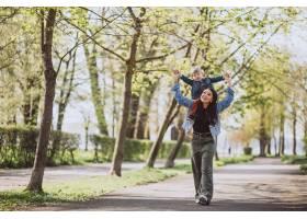 母亲和她的小儿子在公园里玩得很开心_4758287