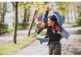 母亲和她的小儿子在公园里玩得很开心_4758288