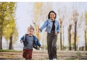 母亲和她的小儿子在公园里玩得很开心_4758289